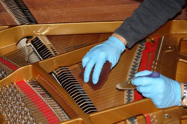 Thường xuyên vệ sinh, bảo dưỡng đàn piano cơ là cách hiệu quả để tăng độ sử dụng lâu bền của cây đàn